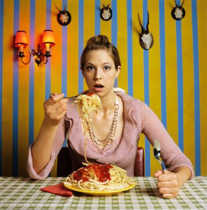 雪「Young woman eating spaghetti」:スマホ壁紙(14)