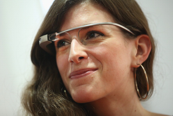 Wearable Computer「Woman Wears Google Glass」:写真・画像(2)[壁紙.com]
