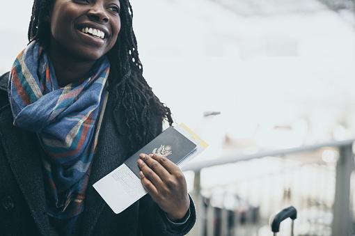 ファッションモデル「空港で若い女性」:スマホ壁紙(15)