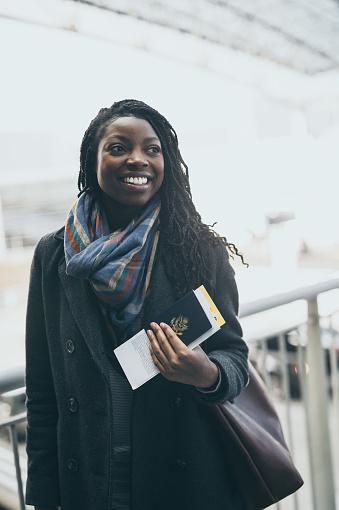 ファッションモデル「空港で若い女性」:スマホ壁紙(13)