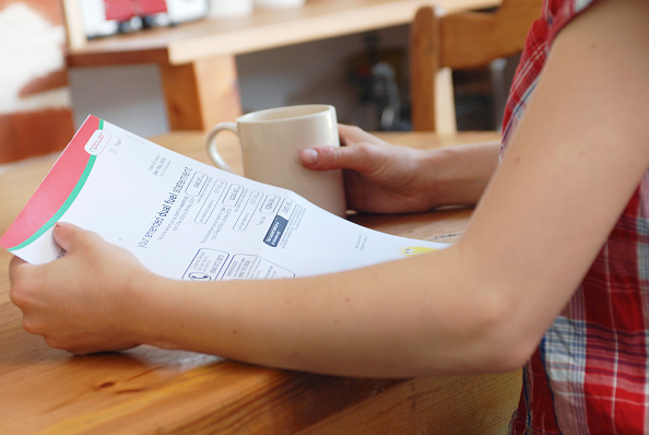 Paying「Young woman looking at utility bill.」:写真・画像(17)[壁紙.com]