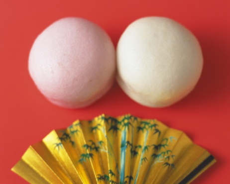 Wagashi「Wagashi called Manjyu, Japanese Sweets in red and white, with gold fan on plate, Differential Focus」:スマホ壁紙(13)