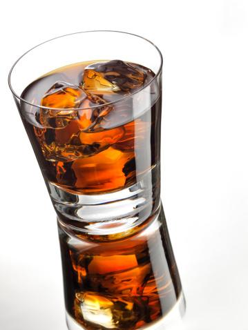 Whiskey「Dark Rum or Whiskey with Reflection against White」:スマホ壁紙(4)