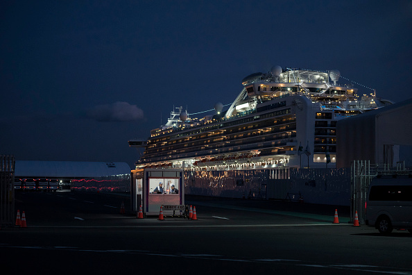 Tomohiro Ohsumi「Passengers Disembark Diamond Princess Cruise Ship After Quarantine Ends」:写真・画像(9)[壁紙.com]