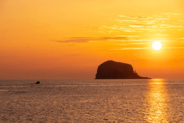 Great Britain, Scotland, East Lothian, North Berwick, Firth of Forth, view of Bass Rock at sunrise, lighthouse:スマホ壁紙(壁紙.com)