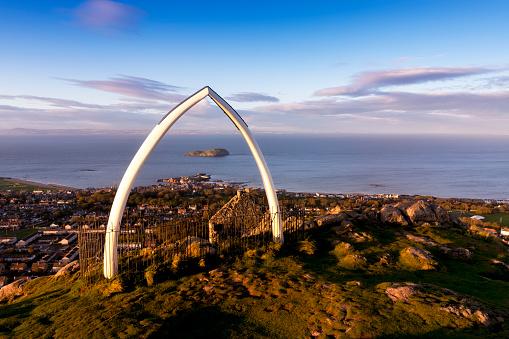 East Lothian「Great Britain, Scotland, East Lothian, North Berwick, North Berwick Law, whale jaw bone arch, sunset」:スマホ壁紙(1)