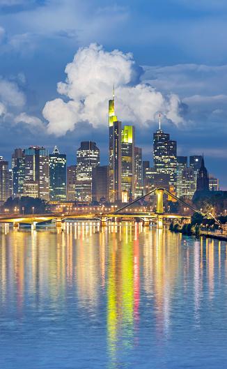 夜「夜明けの金融街のフランクフルト ドイツ スカイライン」:スマホ壁紙(12)