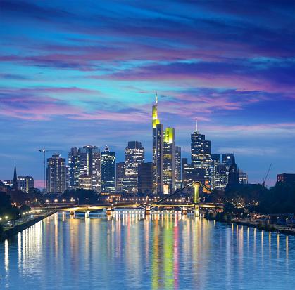 夜「金融街夜のフランクフルト ドイツ スカイライン」:スマホ壁紙(13)