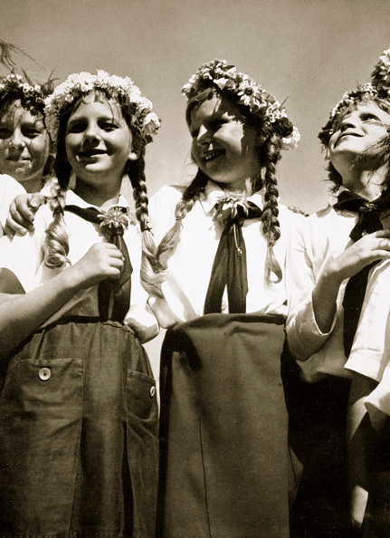 オリンピック「Four German Girls Smiling With Garlands In Their Hair circa 1936」:写真・画像(1)[壁紙.com]