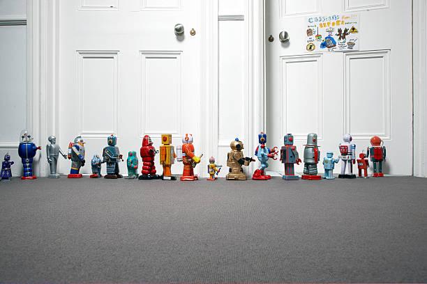 toy robots lined up outside childs bedroom:スマホ壁紙(壁紙.com)