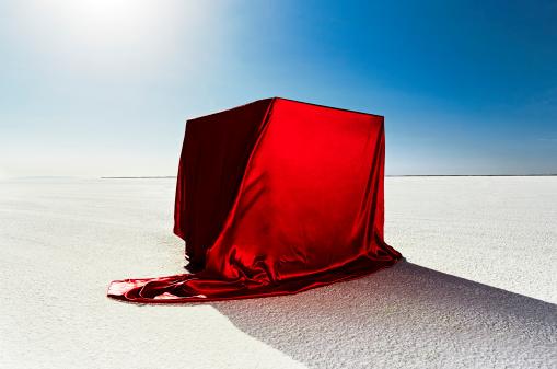 Bonneville Salt Flats「Box covered in red fabric on salt flats.」:スマホ壁紙(18)