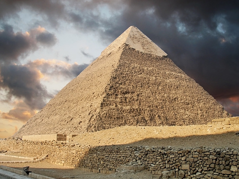 Ancient Civilization「Photo of a pyramid in Giza showing stormy clouds above」:スマホ壁紙(7)