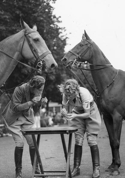 Horse「Cigarette Break for participants at the Polo and Gymkhana Games. London. Photograph. Around 1920/30.」:写真・画像(18)[壁紙.com]