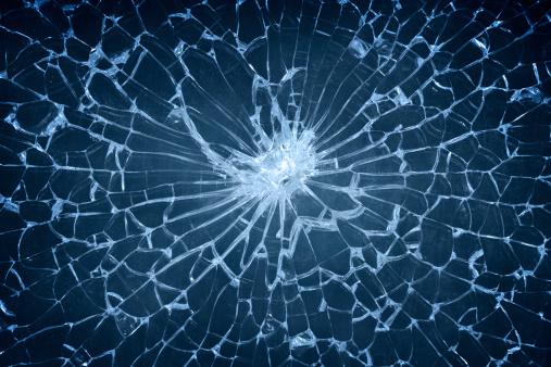 割れたガラス「ひびの入ったガラス」:スマホ壁紙(9)