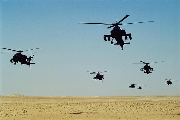 Dhahran「US Apache attack helicopters in the Saudi Desert. Dharan, Saudi Arabia」:写真・画像(4)[壁紙.com]
