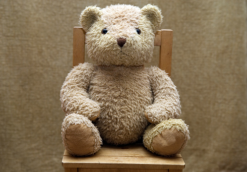 Stuffed Toy「Old teddy bear sitting on wooden chair」:スマホ壁紙(5)