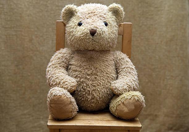 Old teddy bear sitting on wooden chair:スマホ壁紙(壁紙.com)
