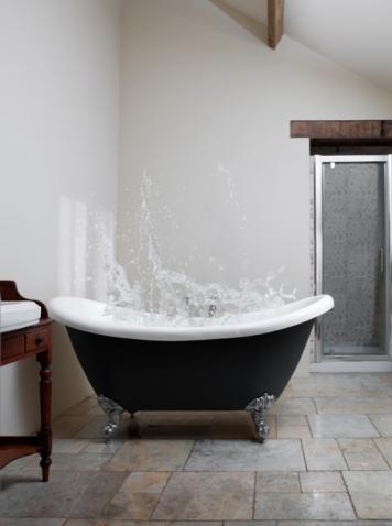 Free Standing Bath「Splash of water in claw-foot bath」:スマホ壁紙(15)
