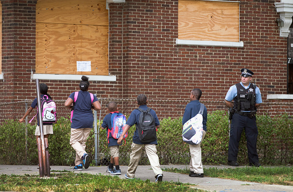 Boarded Up「Chicago Police And Neighborhood Officials Escort Children To School」:写真・画像(1)[壁紙.com]