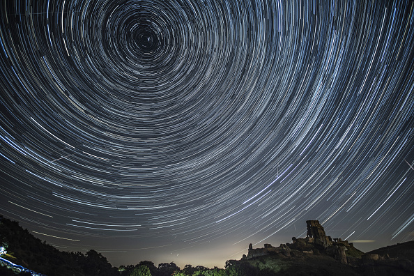 Sky「Spectacular Perseid Meteor Shower Can Be Seen Across the Night Skies」:写真・画像(1)[壁紙.com]