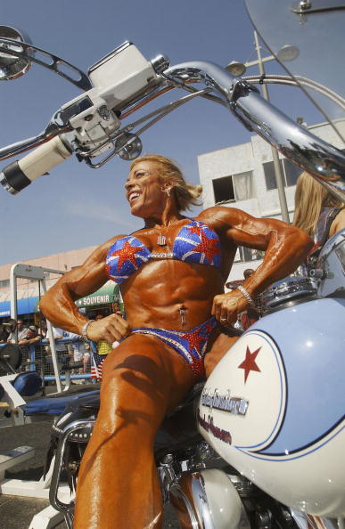 David McNew「Body Builders Compete At Muscle Beach」:写真・画像(3)[壁紙.com]