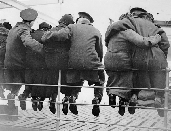 Unrecognizable Person「English soldiers are saying goodbye to their wifes. Troops heading for Egypt. Photograph. 1937.」:写真・画像(1)[壁紙.com]