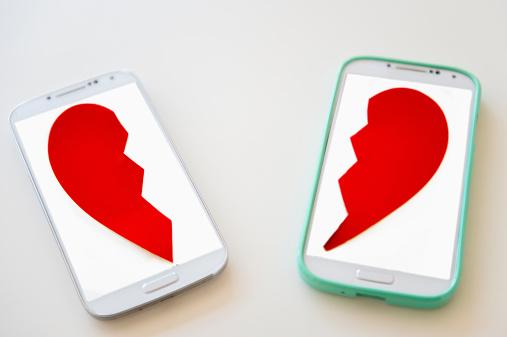 ハート「Studio shot of smart phones with broken heart on screen」:スマホ壁紙(5)