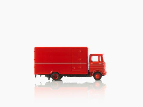 おもちゃのトラック「Studio shot of toy truck」:スマホ壁紙(2)