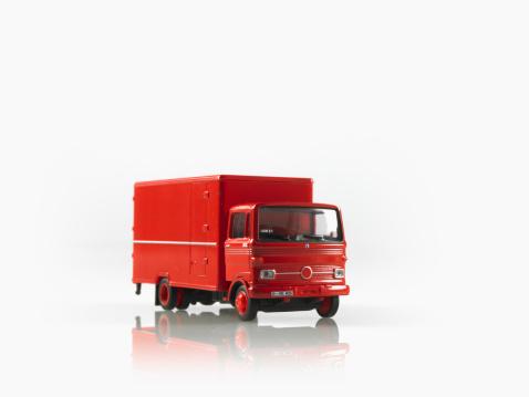 おもちゃのトラック「Studio shot of toy truck」:スマホ壁紙(0)