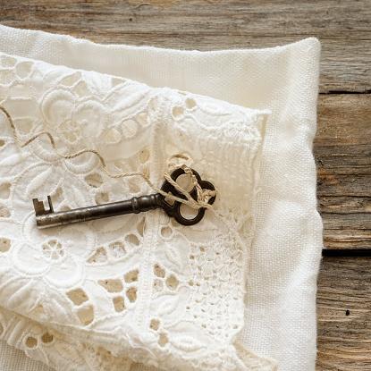 レース模様「Studio shot of antique key on lace cloth」:スマホ壁紙(7)