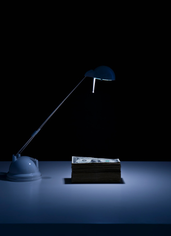Desk Lamp「Studio shot of desk lamp and stack of dollar bills」:スマホ壁紙(18)