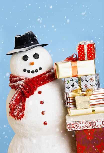 Studio shot of snowman with Christmas presents:スマホ壁紙(壁紙.com)