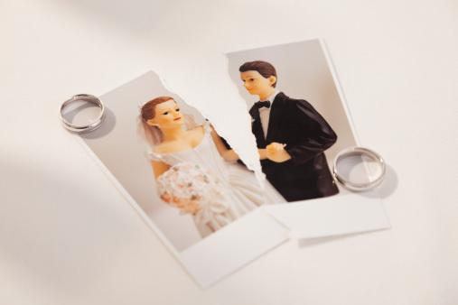 カップル「Studio shot of photo of bride and groom figurines torn in half and wedding rings」:スマホ壁紙(19)