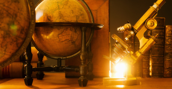 歴史「Studio shot of antique globes and microscope」:スマホ壁紙(12)