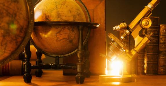 歴史「Studio shot of antique globes and microscope」:スマホ壁紙(11)