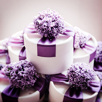 結婚「Studio shot of wedding candy boxes with purple ribbons」:スマホ壁紙(0)