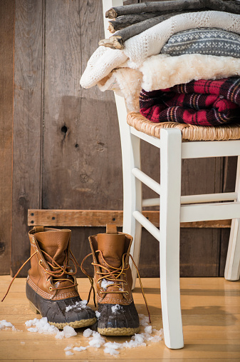 雪「Studio Shot of snow boots and folded blankets」:スマホ壁紙(5)