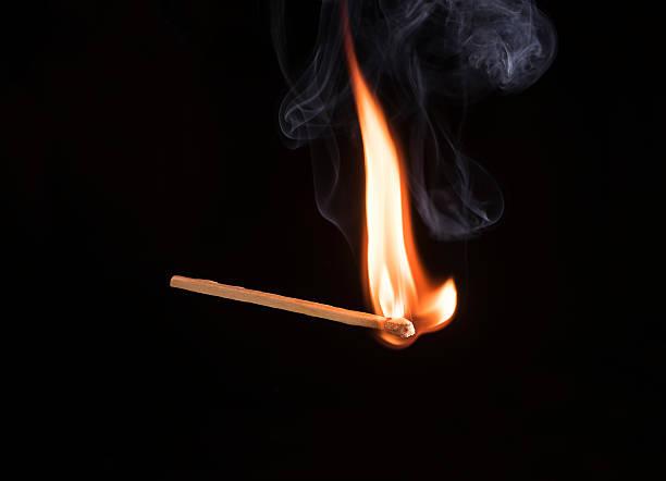Studio shot of burning match:スマホ壁紙(壁紙.com)