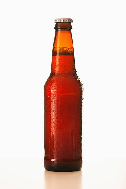 Studio shot of beer bottle:スマホ壁紙(壁紙.com)