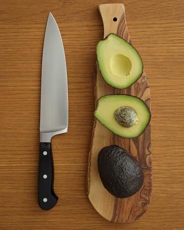 スタジオ撮影「Studio shot of avocado on cutting board for guacamole」:スマホ壁紙(17)