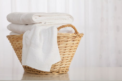 籠「Studio shot of stack of white towels in Wicker Basket」:スマホ壁紙(1)