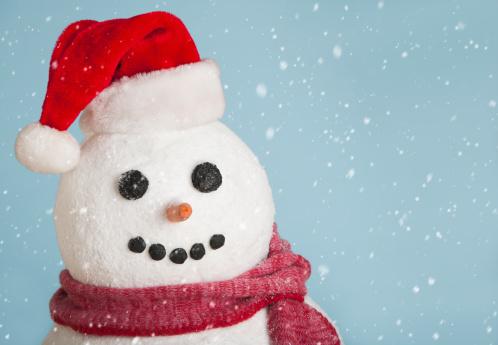 雪だるま「Studio shot of snowman wearing Santa hat」:スマホ壁紙(2)