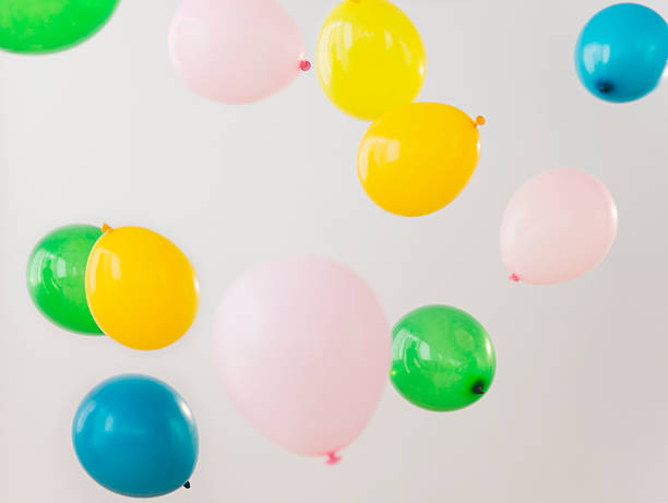 Studio Shot of colorful balloons falling down:スマホ壁紙(壁紙.com)