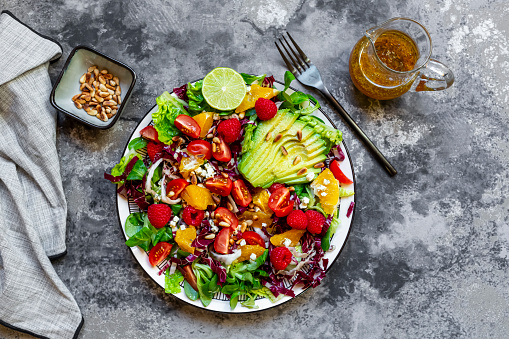 Pine Nut「Studio shot of fruity salad plate with lambs lettuce, radicchio, lettuce hearts, avocado, tomato, pine nuts, raspberries, oranges, lime」:スマホ壁紙(19)