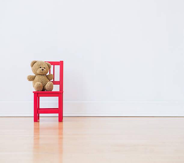 Studio shot of teddy bear sitting on red chair:スマホ壁紙(壁紙.com)