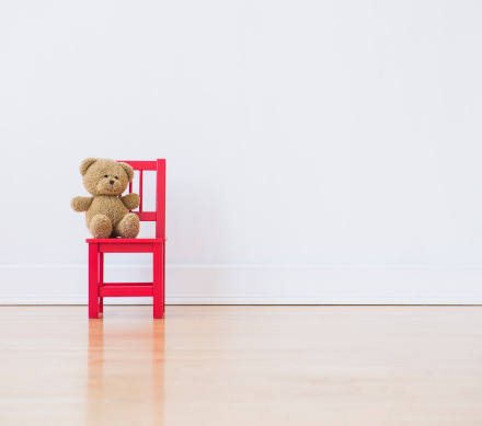 Two Objects「Studio shot of teddy bear sitting on red chair」:スマホ壁紙(19)