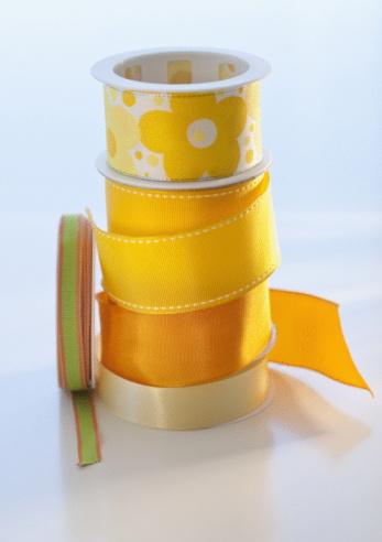 束「Studio shot of yellow ribbons」:スマホ壁紙(12)