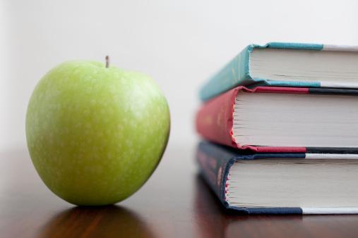 リンゴ「Studio shot of green apple and textbooks」:スマホ壁紙(3)