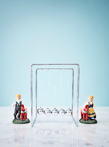 Frustration「Studio shot of Newtons Cradle and small figurines」:スマホ壁紙(12)
