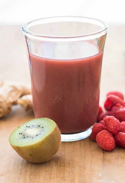 Studio shot of kiwi and raspberry juice:スマホ壁紙(壁紙.com)